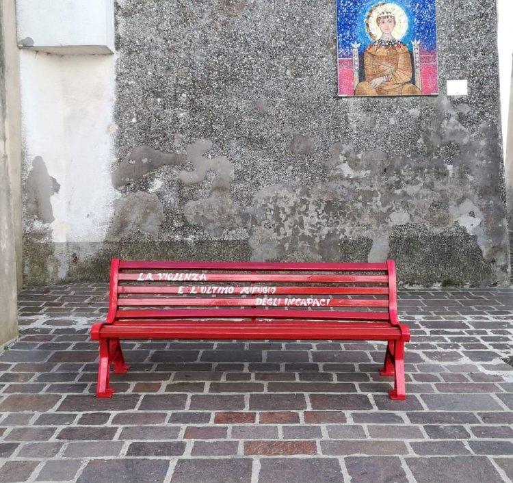 Una panchina rossa per Lea