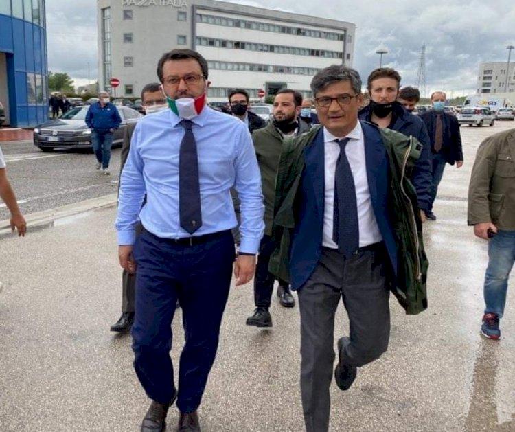 Il Sindaco «sceriffo» senza la mascherina nel tour campano di Salvini