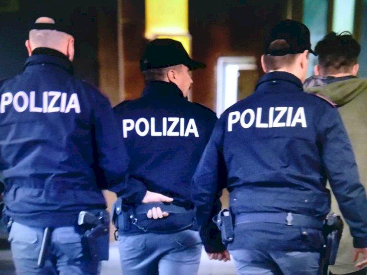 Poliziotti accerchiati e malmenati