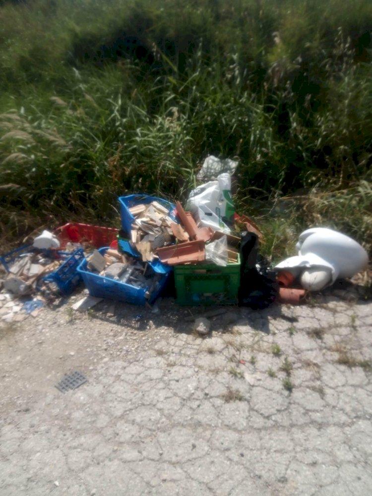 Vasto, strada invasa da rifiuti e cedimenti del manto
