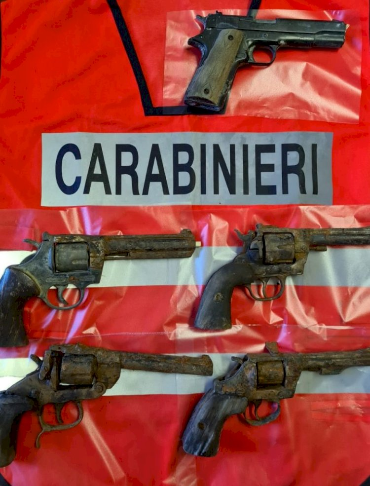 Il Comune pulisce il canale: spuntano 5 pistole. Indagano i carabinieri