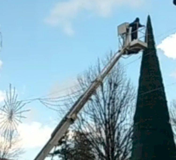Somma Vesuviana: dopo il crollo, gli operai stanno riposizionando l'albero di Natale