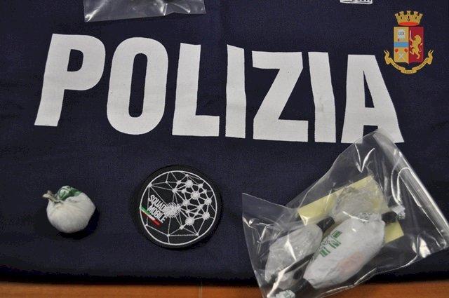 Trasportava marijuana e cocaina, giovane donna arrestata