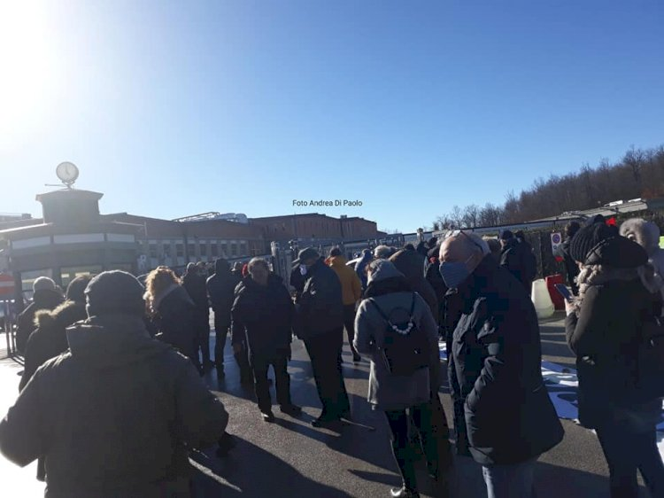 Manifestazione di protesta all'esterno del Cardarellli: «Continuiamo la nostra lotta per il diritto alla salute»