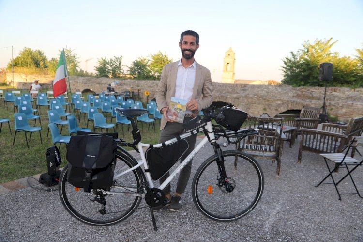In bici, senza soldi: le missioni di Cristian in giro per il mondo