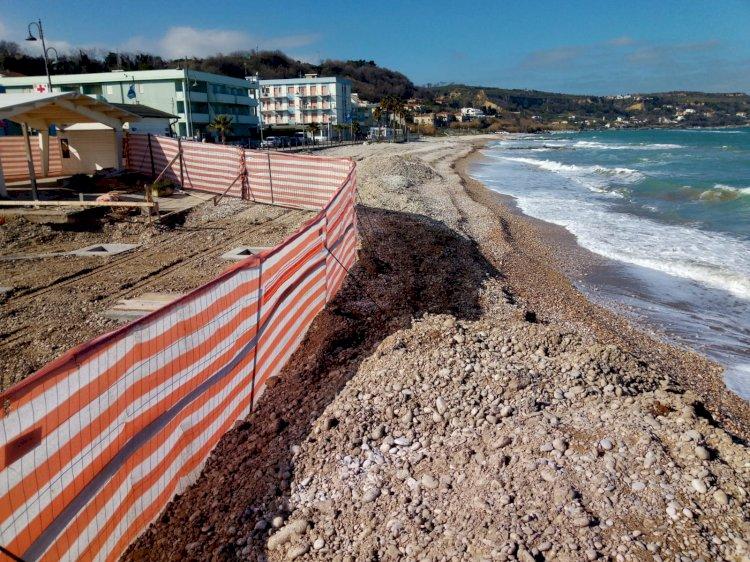 Cemento sulla spiaggia, a poca distanza dall'acqua