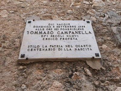 Lo stato di abbandono della casa di Tommaso Campanella e le parole a vanvera dello sGovernatore calabrese