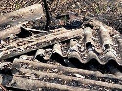 Dopo gli incendi l'amianto bruciato si sta deteriorando