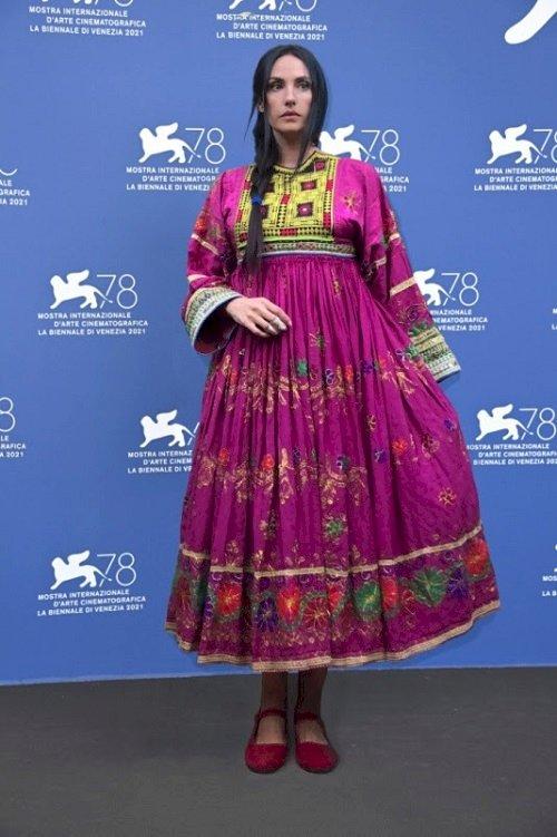 Elisa Morucci alla Mostra del cinema di Venezia in abito nuziale afgano per difendere i diritti delle donne